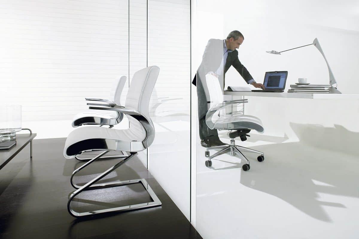 Ao permitir uma postura ativa, uma cadeira ergonómica pode trazer benefícios para saúde.