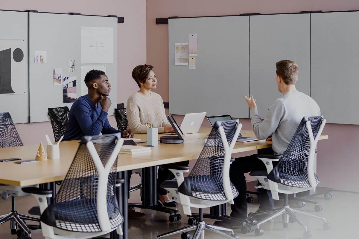 colaboradores em reunião, cada um sentado numa cadeira ergonómica
