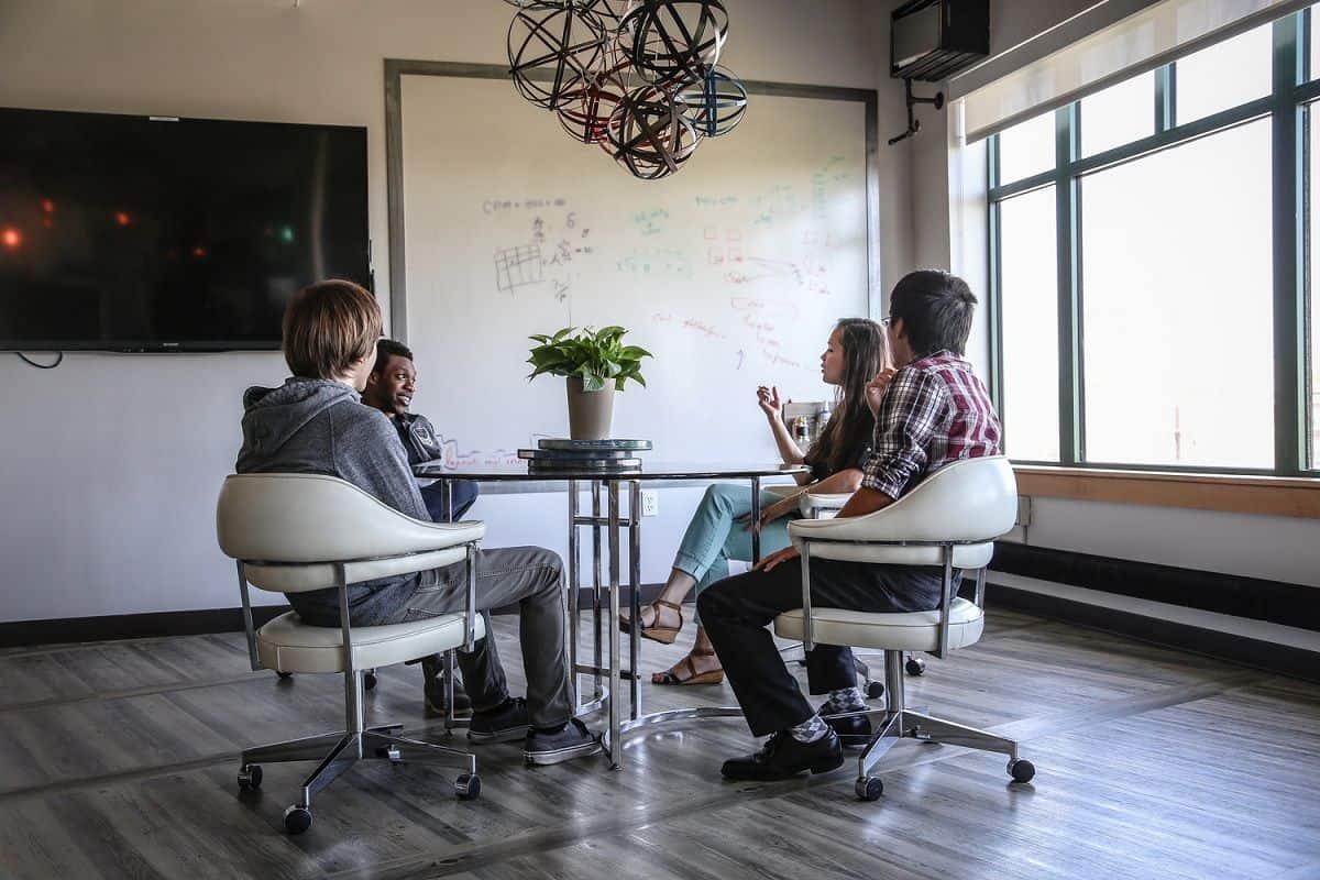Reunião de colaboradores em conforto